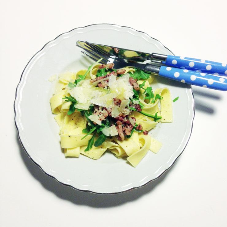 makkelijke pappardelle pasta met spekjes-en-rucola