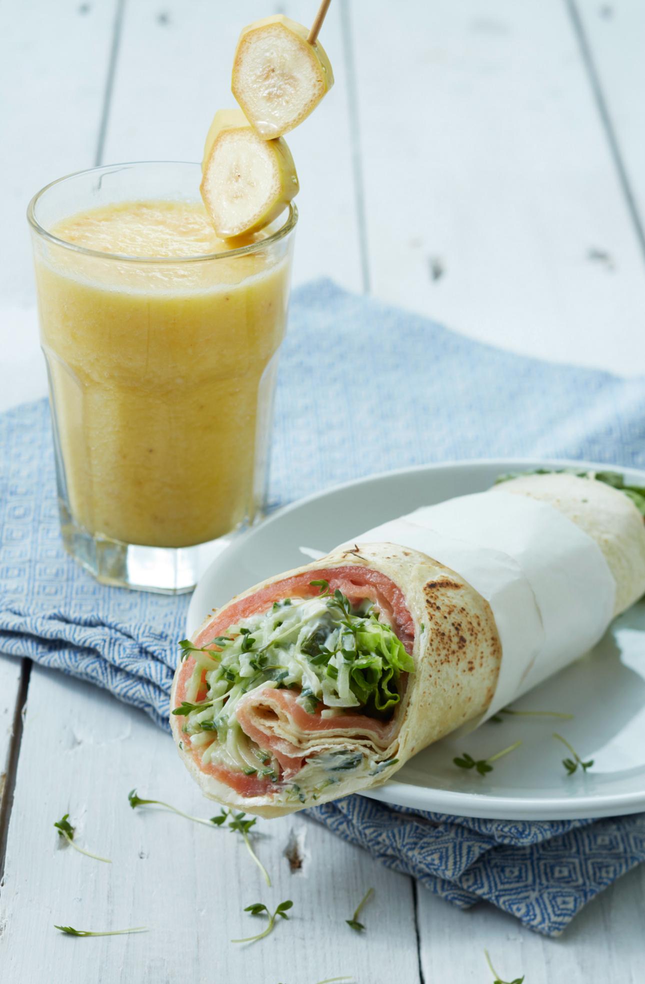 gezonde snacks voor onderweg - wrap met verse smoothie - vakantie kinderen