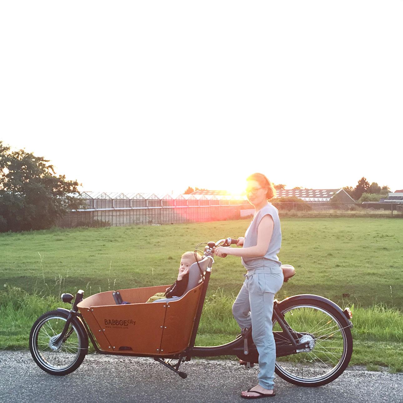 Mamalifestyle Marike augustus 2015 bakfiets zonsondergang