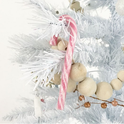 kindvriendelijke witte kerstboom candy canes