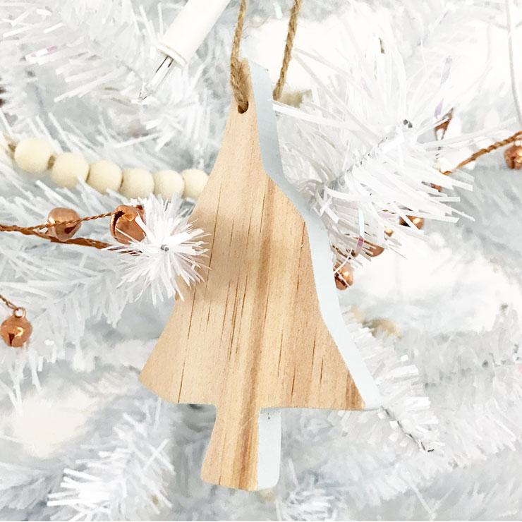 kindvriendelijke witte kerstboom houten hanger ikea