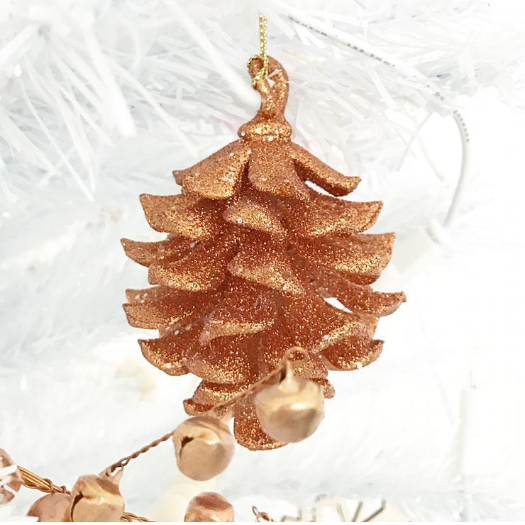 kindvriendelijke witte kerstboom koperen dennenappel