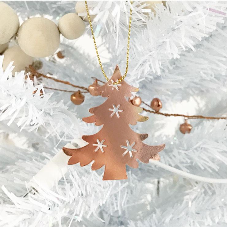 kindvriendelijke witte kerstboom koperen hangers