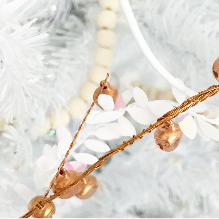 kindvriendelijke witte kerstboom koperen slinger