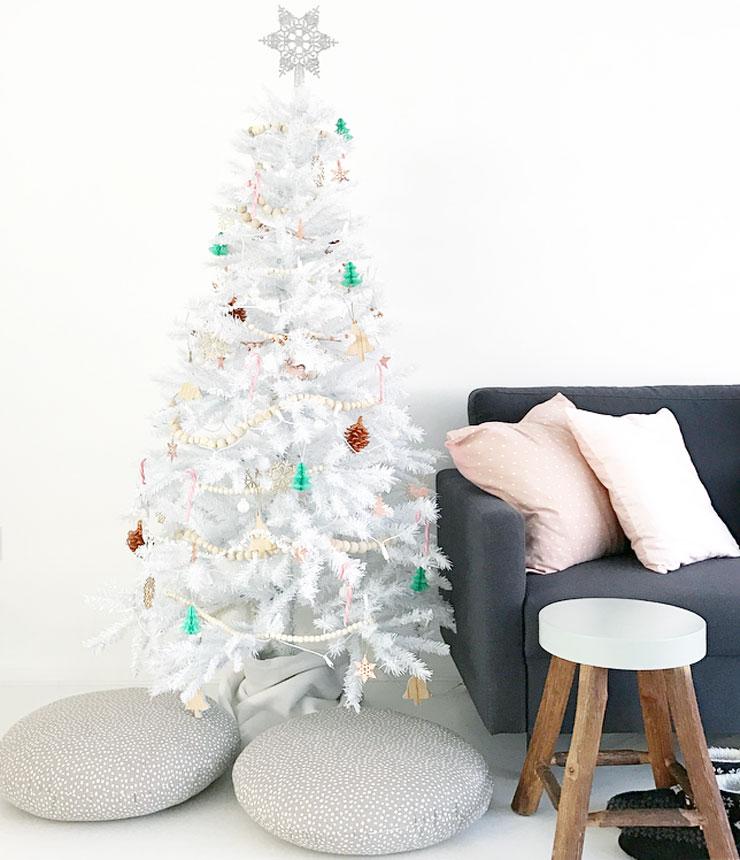 kindvriendelijke witte kerstboom woonkamer
