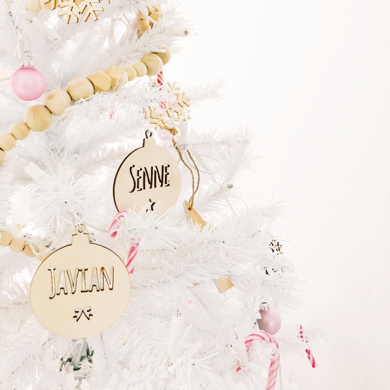 kersthuis 2018 witte kerstboom houten kerstballen