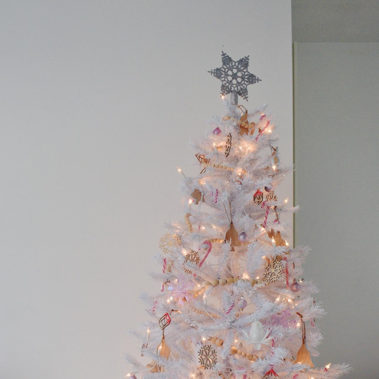 Onze Witte Kerstboom 2018 Warm Wit Met Veel Hout En Roze