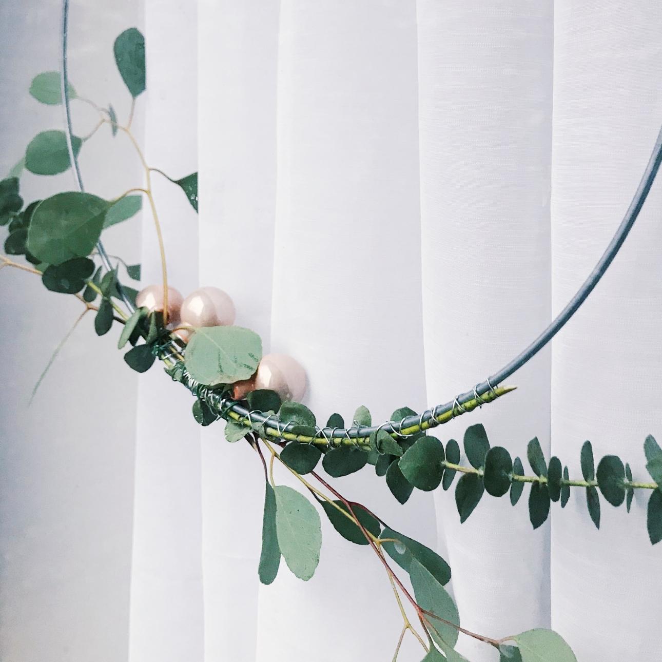 kerstkrans eucalyptus takken roze kerstballen achterkant