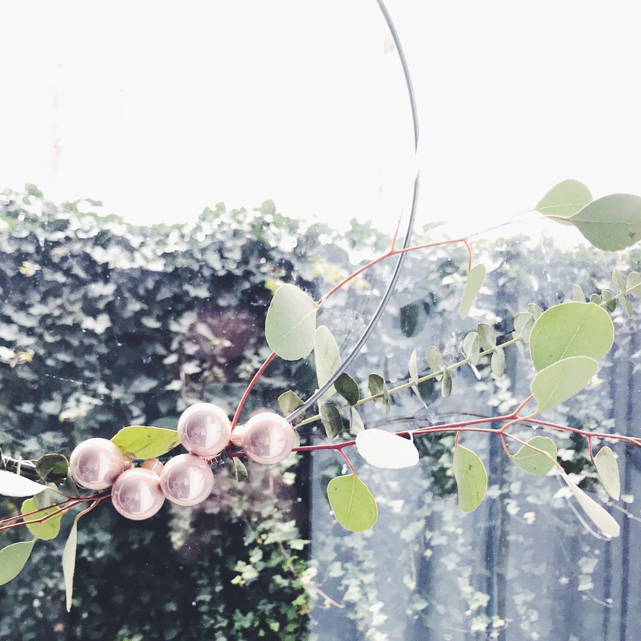 kerstkrans eucalyptus takken roze kerstballen