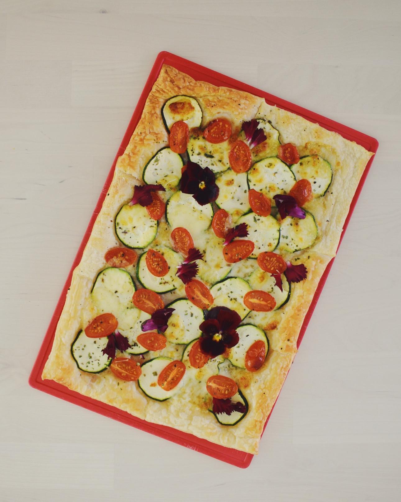 plaattaart courgette mozzarella tomaat eetbare bloemen