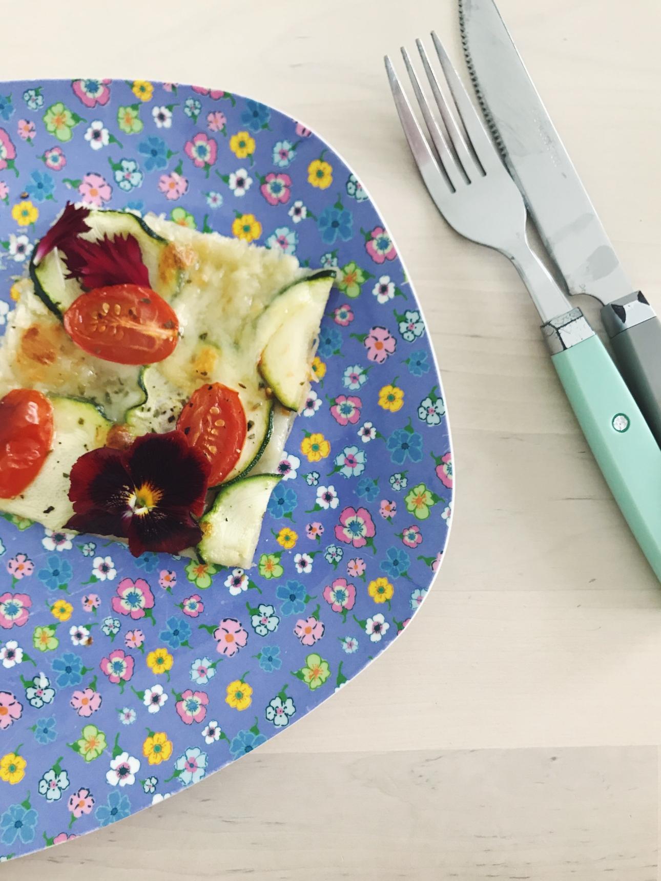 plaattaart eetbare bloemen courgette mozzarella tomaat