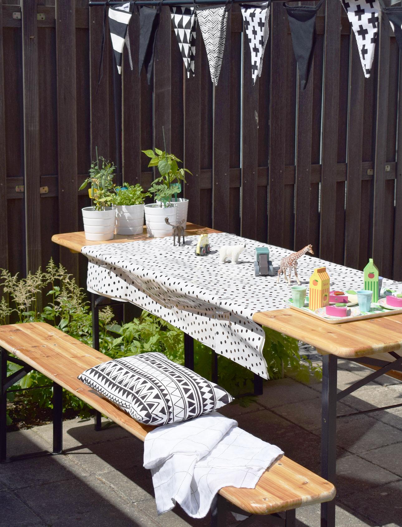 mamalifestyle tuin buiten tafel speelgoed slinger