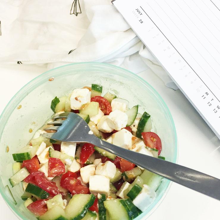 salade tomaat komkommer feta onderweg