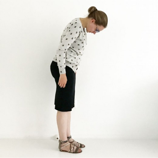 ootd outfit mamalifestyle-zwarte voedingsjurk vest met bijen