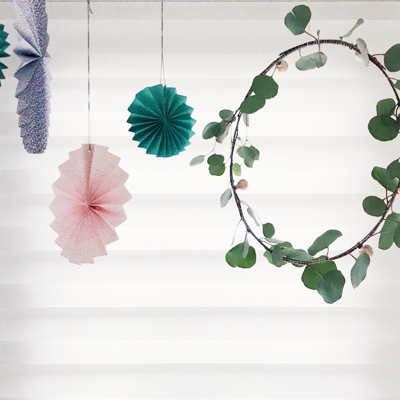 grote kerstkrans eucalyptus takken roze kerstballen hangend
