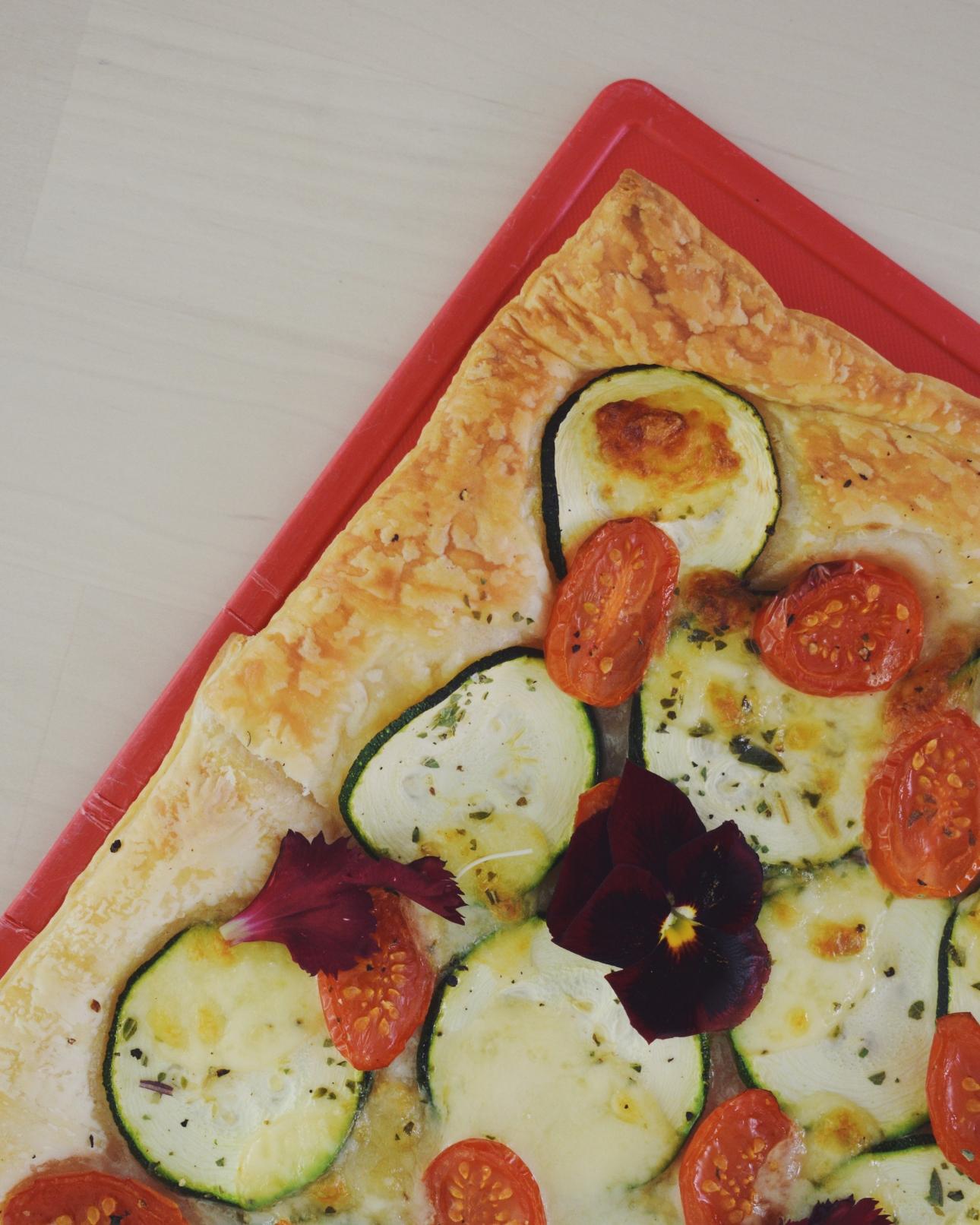 plaattaart courgette mozzarella tomaat eetbare bloemen viooltje