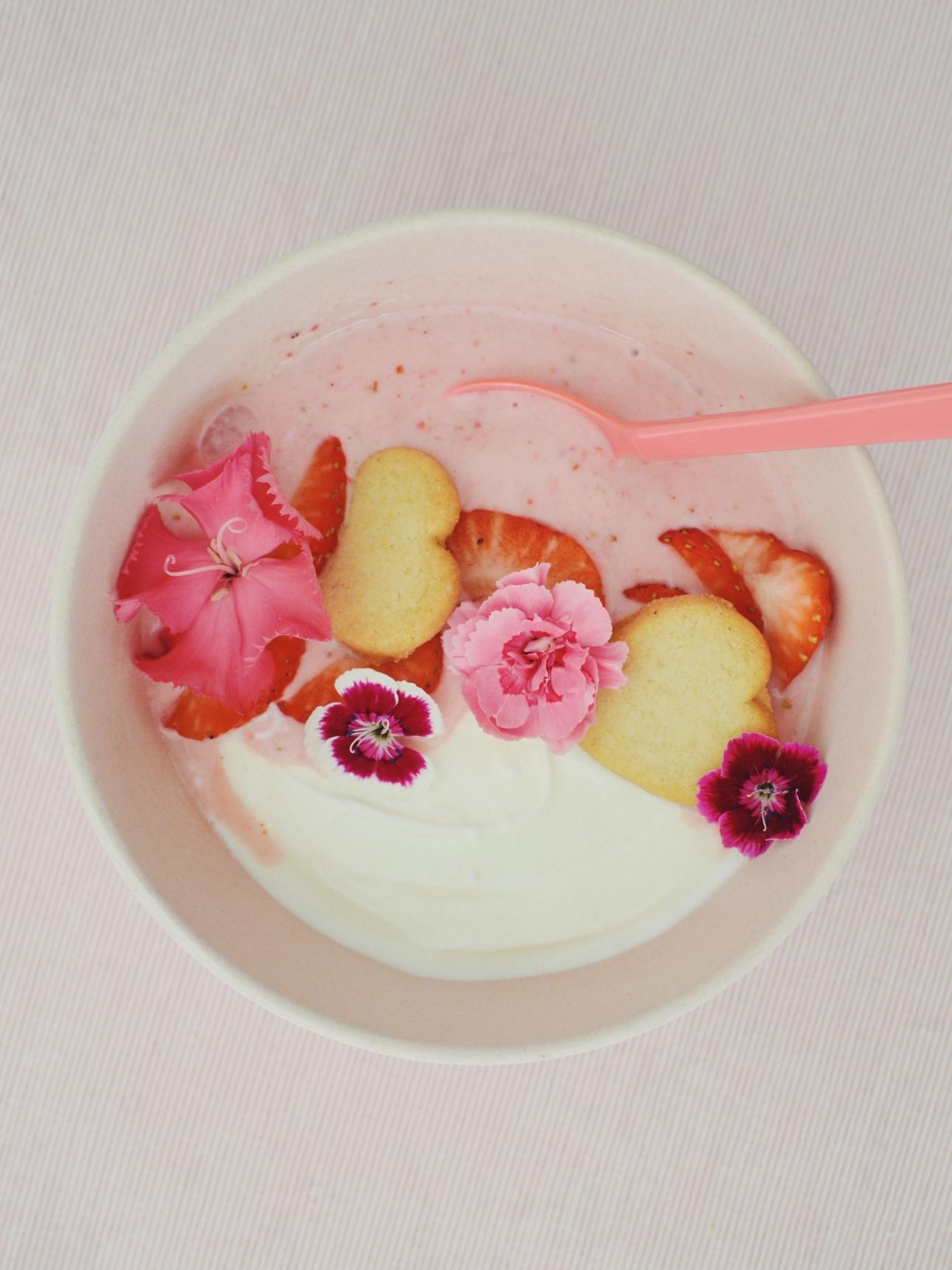 smoothiebowl aardbei citroen met eetbare bloemen