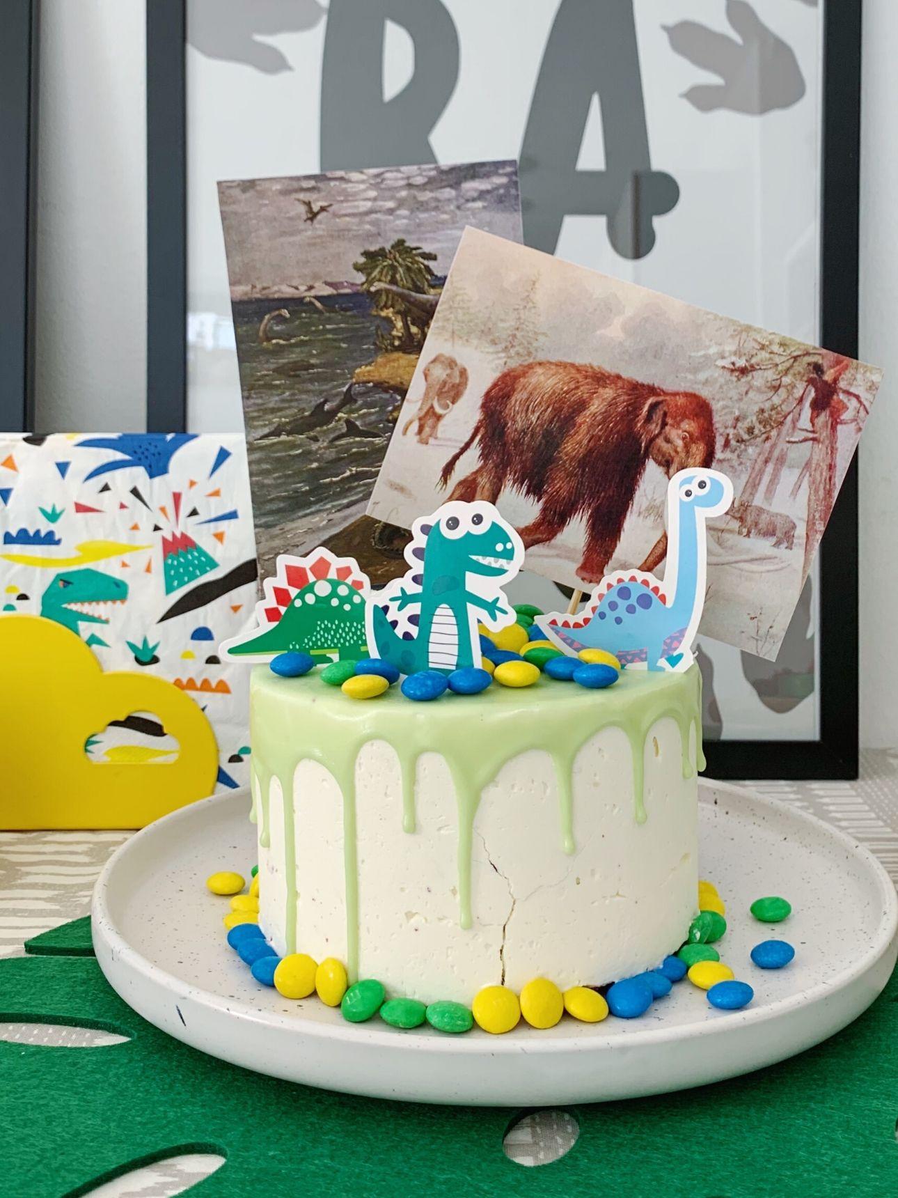 Dino feest hema drip cake versierd dino party