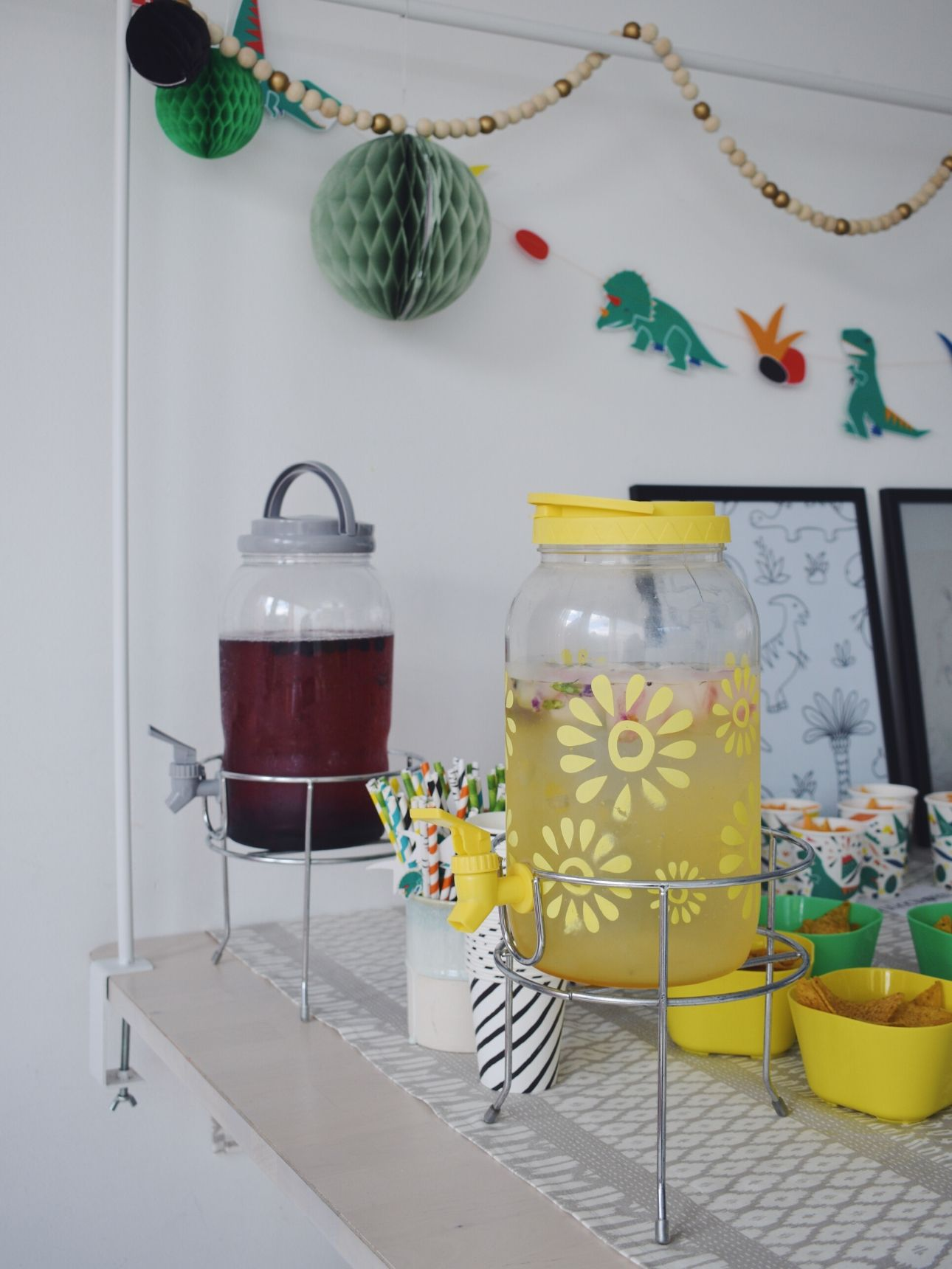 Dino feest limonade tap drinken