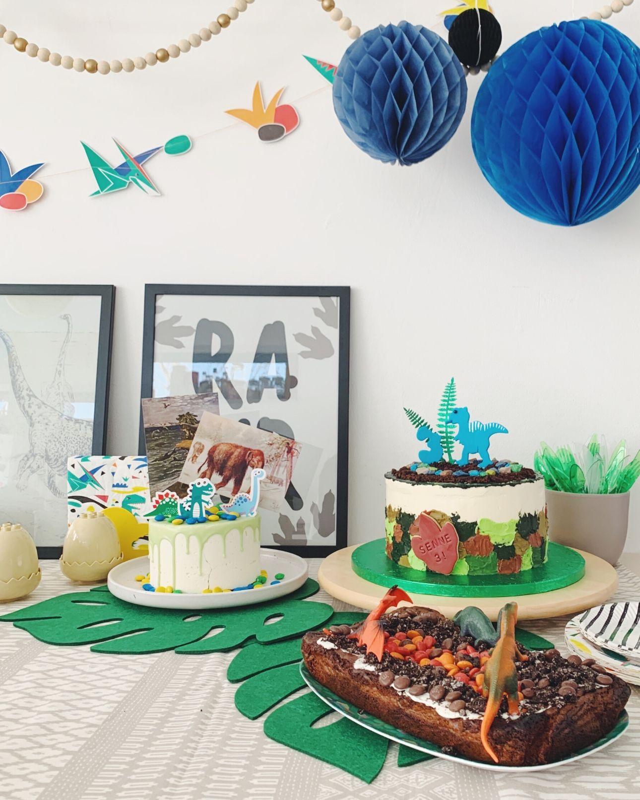 Dino feest tafel taarten dino party