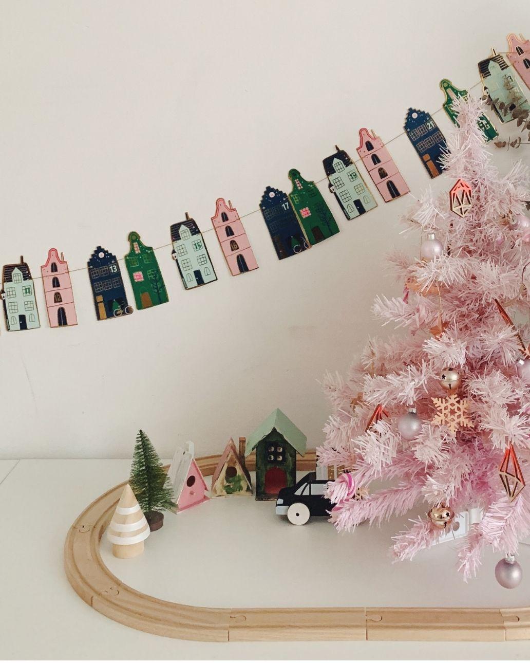 roze kerstboom houten treinbaan