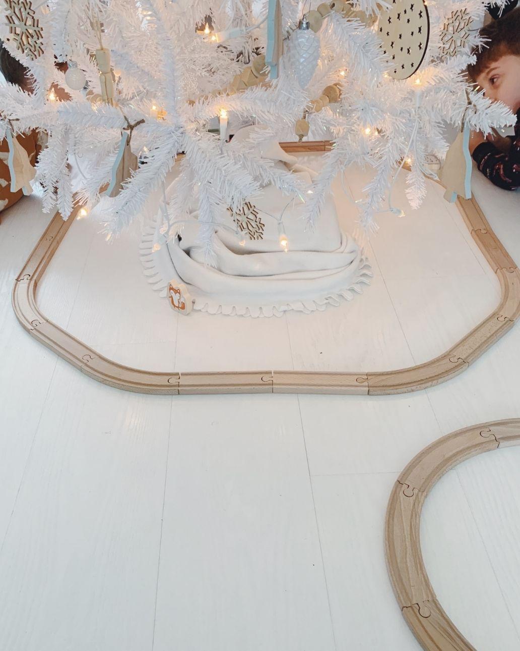 witte kerstboom houten treinbaan