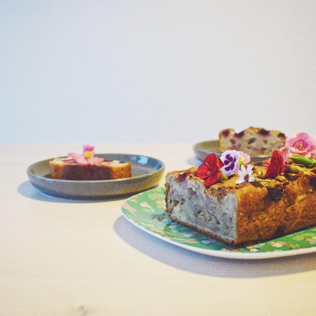 blauwe bessen yoghurt cake met eetbare bloemen (1)