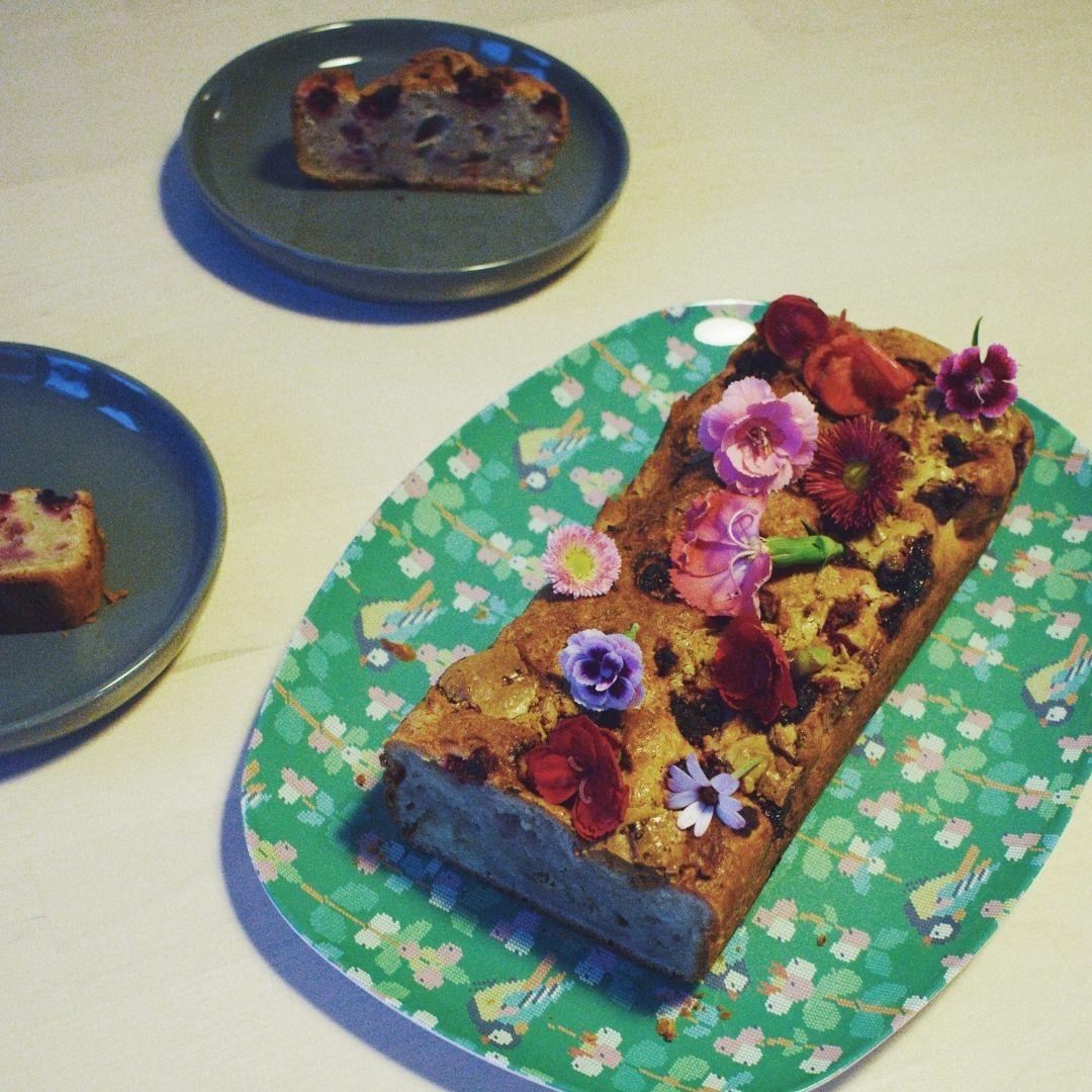 blauwe bessen yoghurt cake met eetbare bloemen